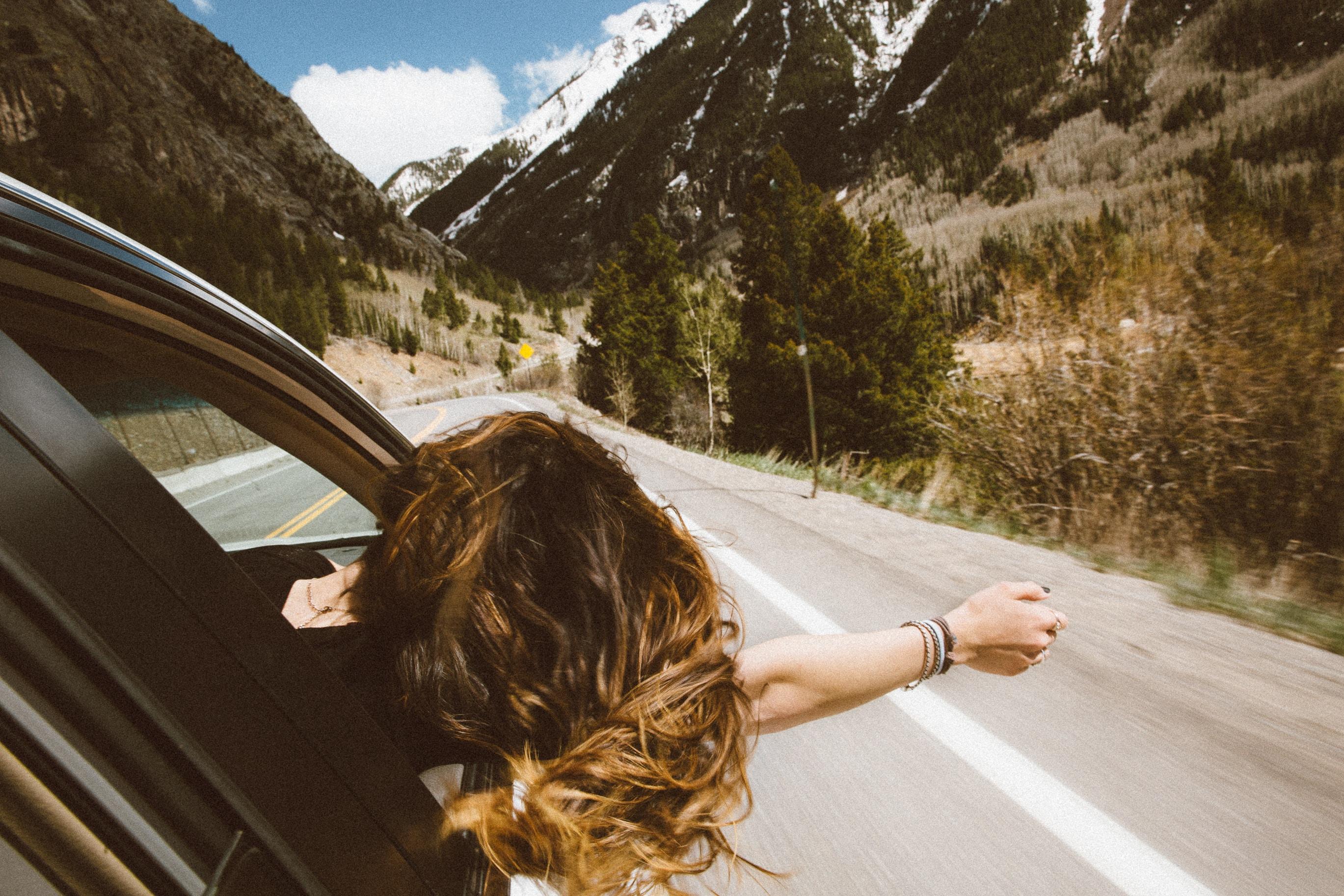 Passagère voiture cheveux au vent
